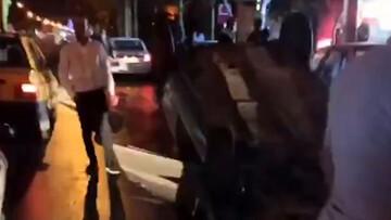 صحنه وحشتناک چپ کردن خودرو پس از تصادف با نرده های بی آر تی در مشهد / فیلم