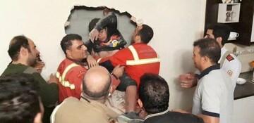 لحظه نجات نوجوانی که بین شکاف دو ساختمان گرفتار شده بود! / فیلم