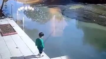 نجات پسر بچه ۳ ساله پارس آبادی از غرق شدن توسط پیرمرد / فیلم