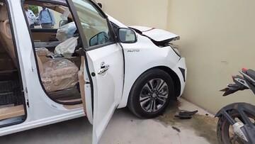 تصادف اتومبیل صفر کیلومتر لاکچری قبل از تحویل به مشتری / فیلم