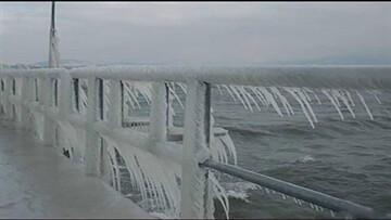 سُر خوردن وحشتناک ماشینها روی پل یخ زده / فیلم
