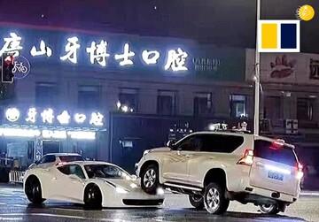 زیر گرفتن خودروی فراری توسط خودرو شاسی بلند در تقاطع / فیلم