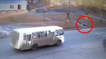 تصادف راننده فاقد گواهینامه با پسربچه هشت ساله / فیلم