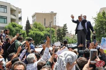 شادی و سرودخوانی در جشن تولد ۶۵ سالگی احمدی نژاد / فیلم