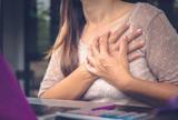 3 دلیل احتمالی درد سینه در زنان