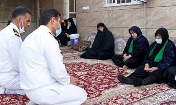 فرمانده پایگاه نیروی دریایی بوشهر با خانواده شهدای حادثه شناور کنارک دیدار کرد