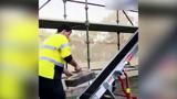 آسانسور جدید جهت حمل راحت آجر در ساختمان